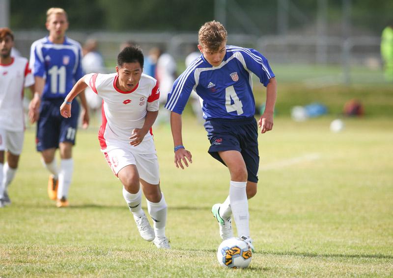 Två spelare kämpar om bollen i Gothia Special Olympics Trophy.