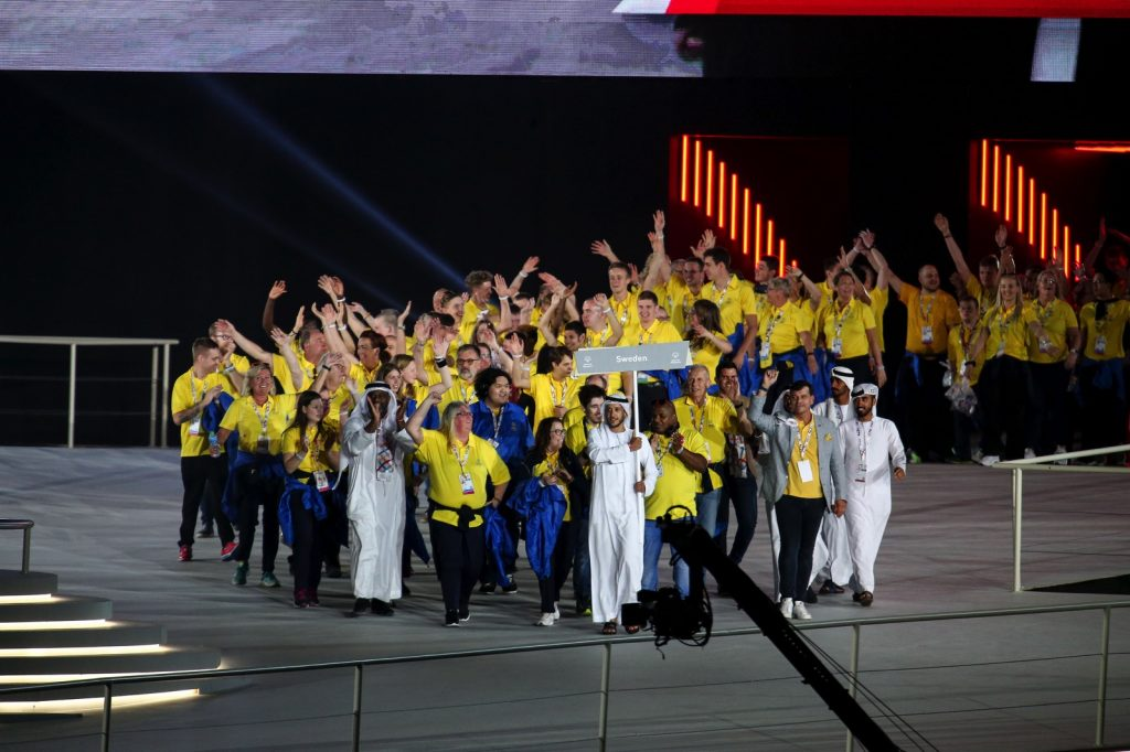 Sverigelaget tågar in i arenan under invigningen av Special Olympics World Summer Games.