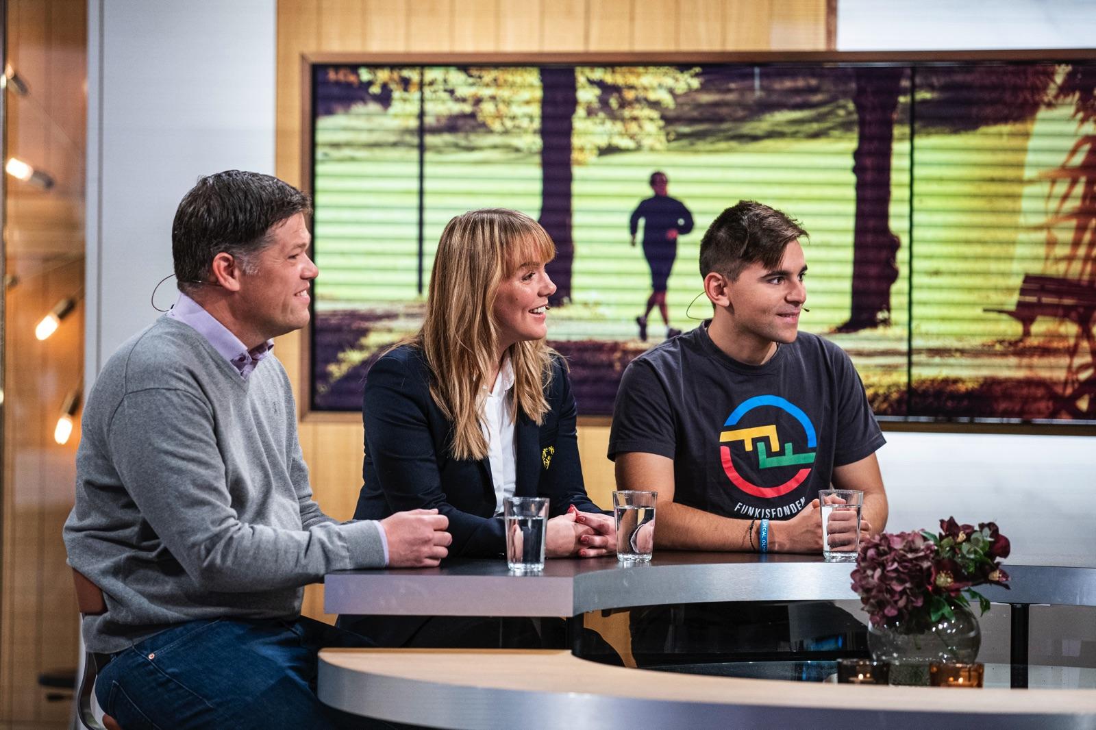 Johan Glennmo, initiativtagare till Funkisfonden, Linnéa Björndahl, ansvarig Special Olympics Sverige, och fotbollsspelaren Dimitrios Rabotas i TV4:s Nyhetsmorgon.