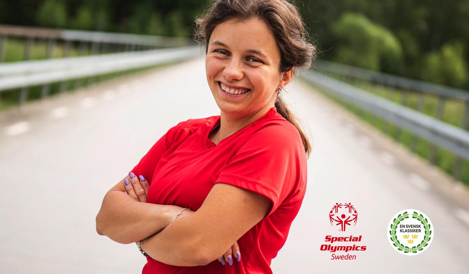 Elin Lundegård deltar i Special Olympics-Klassikern för tredje gången. På bilden står hon med armarna i kors på en bro.