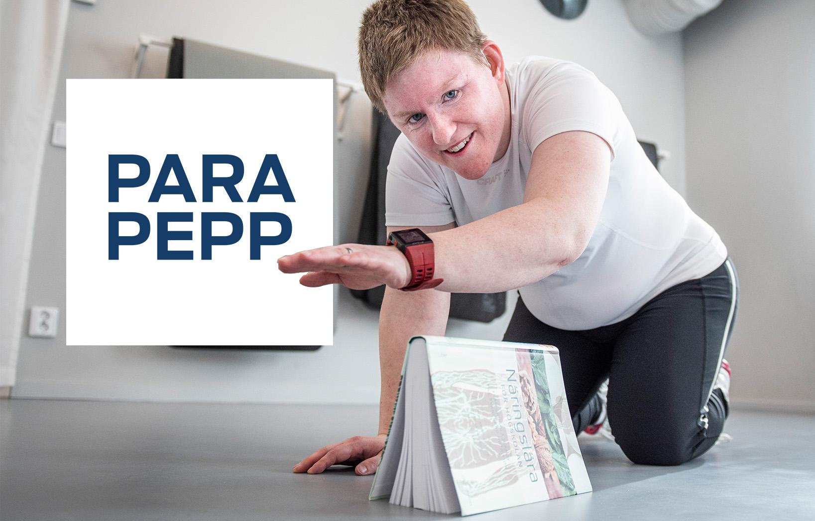 Eva Dahlberg lyfter sin hand över en bok i samband ett träningspass i ParaPepp.