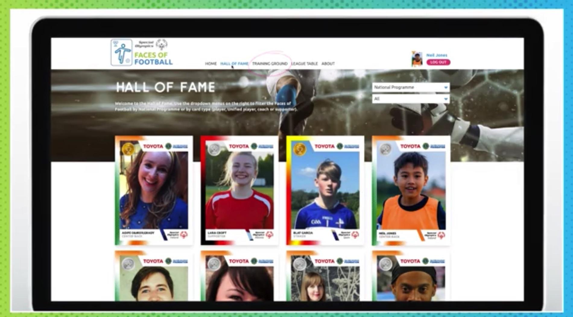 En datorskärm visar ett antal digitala fotbollskort.