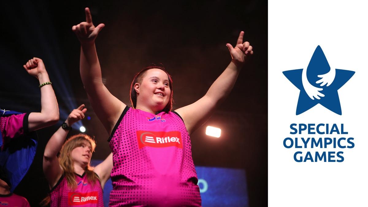 Till höger syns Special Olympics Games logotyp mot en vit bakgrund. Till vänster sträcker en glad tjej båda armarna i luften.
