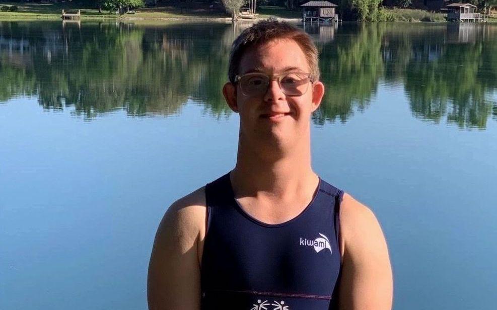 Porträttbild på Chris Nikic framför en sjö.