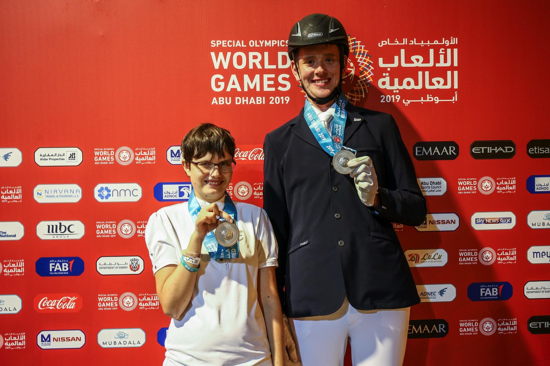 Ryttarna Rebecka Mårtensson och Jimmy Andersson visar upp sina medaljer från Special Olympics World Games i Abu Dhabi 2019.