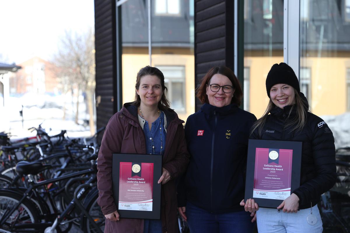 Mittuniversitetet och Östersundsläraren Johanna Oskarsson får Golisano Health Leadership Award av Special Olympics Sverige. På bilden syns Marie Ohlsson, forskare, lärare och Parasportkoordinator på Mittuniversitetet, Karin Riddar, tillförordnad National Director för Special Olympics Sverige, och Johanna Oskarsson.