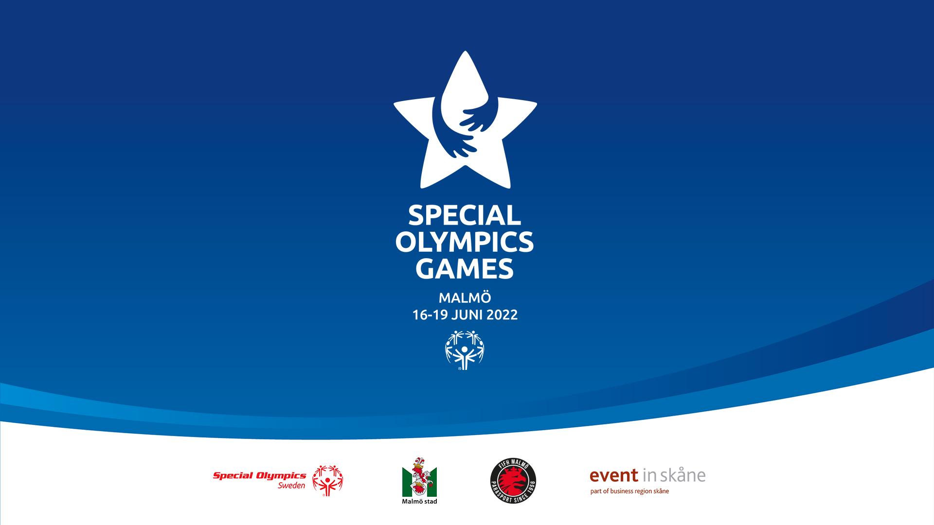 Special Olympics Games logotyp syns mot en blå bakgrund. På den vita kanten nedtill presenteras arrangörerna av spelen med sina logotyper. Från vänster syns Special Olympics Sverige, Malmö Stad, FIFH Malmö och Event in Skåne.